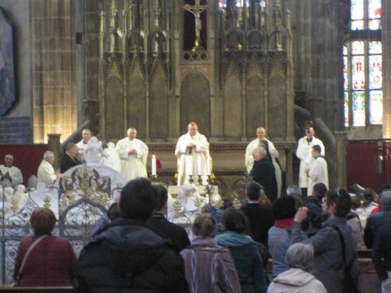Castle District : Inside the cathedral - Easter ceremony