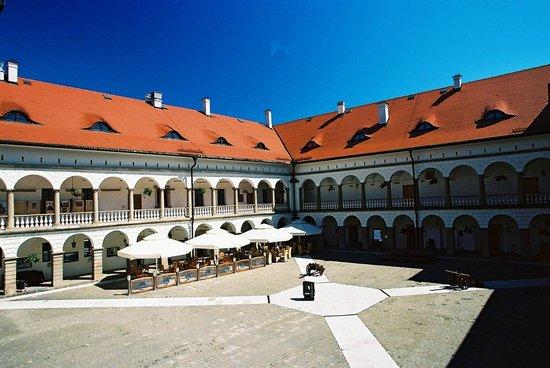 Niepolomice, Polônia: Zamek Królewski w Niepołomicach - dziedziniec;