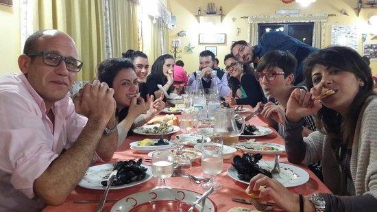 Pizza lido monsone foto di antico ristorante marinaro fondachello tripadvisor - A tavola con amici ...