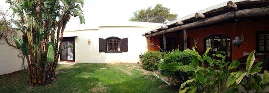 Alondra Villas & Suites: courtyard - vila lily
