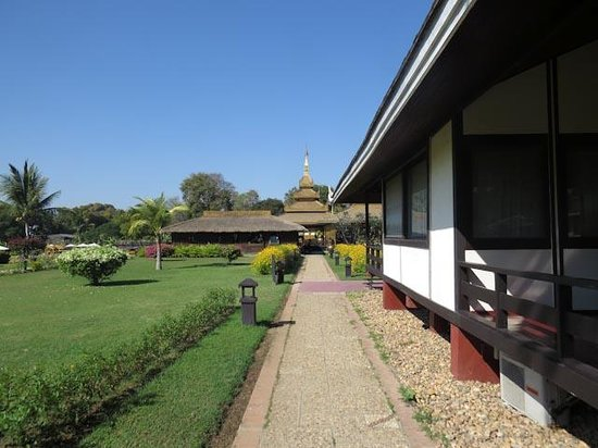 Bagan Thiripyitsaya Sanctuary Resort : The walk from our room to the public spacdes