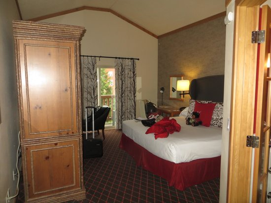 The Edgewater, A Noble House Hotel : giant bedroom...fireplace too and balcony!!