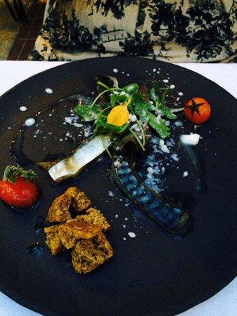 Avli : Gerookte makreel als vooraf. Smaakvol maar eerder een hapje dan een voorgerecht. Inderdaad; twee