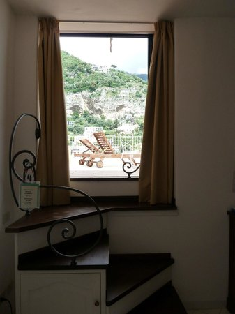 Hotel Poseidon: Window onto terrace - funny room suite