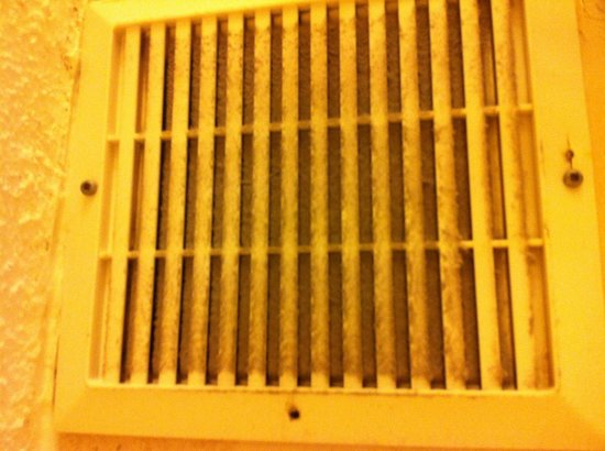 The Holiday Inn Niagara Falls: Bathroom fan filthy