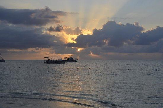 Sandals Montego Bay : Sunset at Swimup Bar