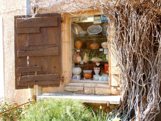 Provence Exclusive Tours : Exploring a delightful art shop in Roussilon