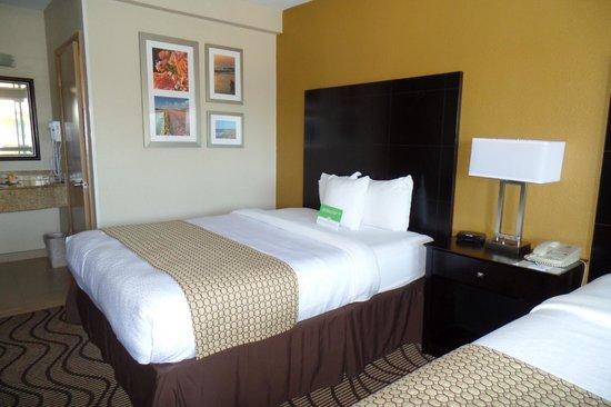 La Quinta Inn & Suites San Diego Carlsbad: qeen bed