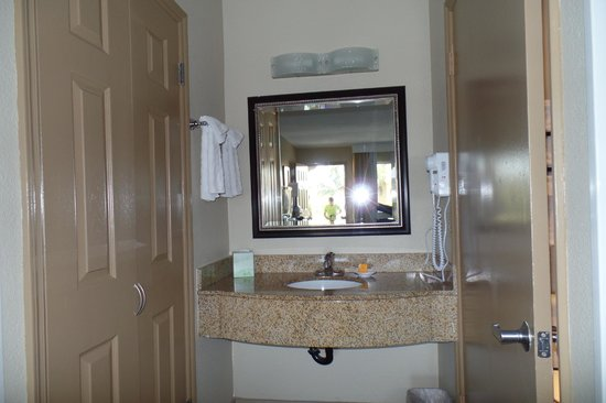 La Quinta Inn & Suites San Diego Carlsbad: vanity to bathroom