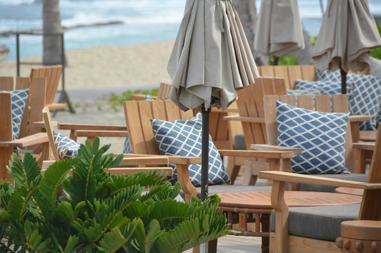 Four Seasons Resort Hualalai: Pool restaurant lounge furniture… nice and relaxed