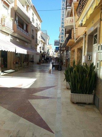 Carihuela Park Palace : calle típica de Torremolinos , entre los apartamentos y el paseo marítimo