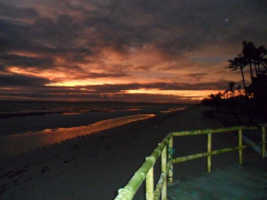 Ritzy's White Beach Resort and Restaurant: sunrise at tristans