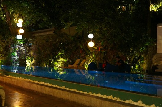 Colombo Courtyard: Night time at the pool