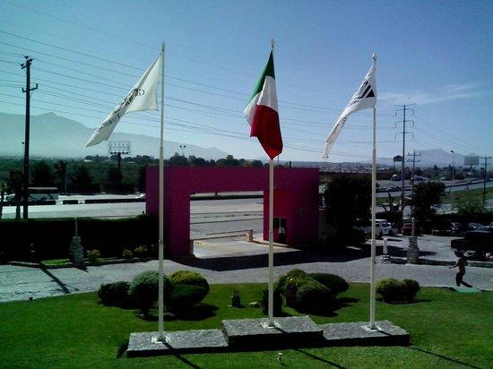 Camino Real Saltillo: Front lawn
