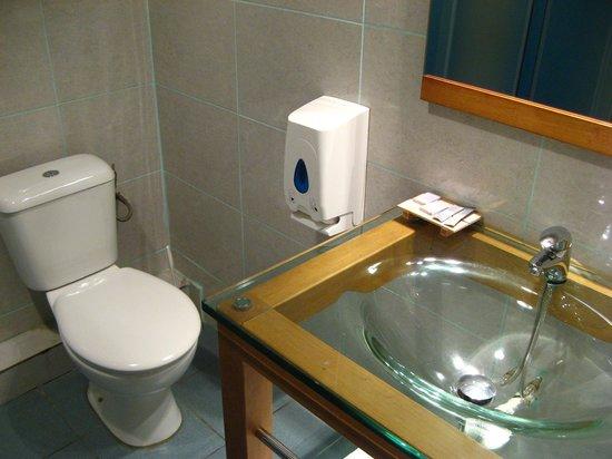 Central Hotel Cayenne : Banheiro funcional, poucas amenidades (sabonete, gel de banho)