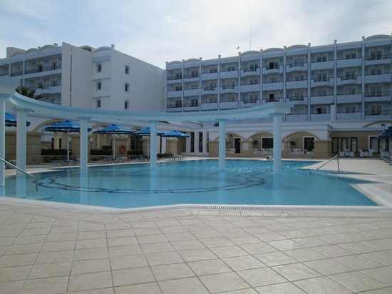 Mitsis Grand Hotel : pool at the frount of hotel