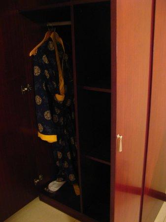 Hotel Palacio : Robbe no armário (e chinelinho no quarto também)