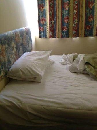 Welcome Stranger Hotel: cama de casal