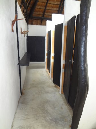 Coco Tulum: shared bathroom shower stalls