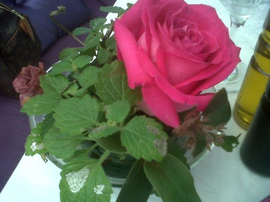 L'Angolino: flores naturales en las mesas. Cuidan cada detalle