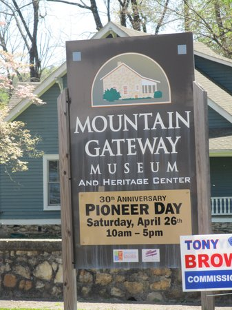 Mountain Gateway Museum: Sign by the road
