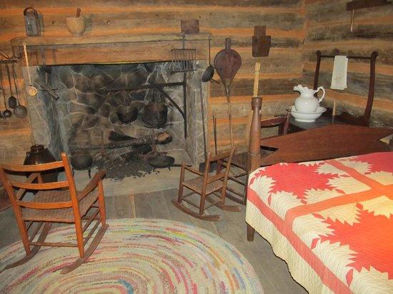 Mountain Gateway Museum : Display of room
