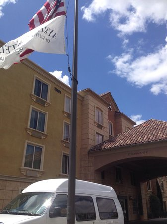 Ayres Hotel & Spa Moreno Valley: Outside the front of the hotel...