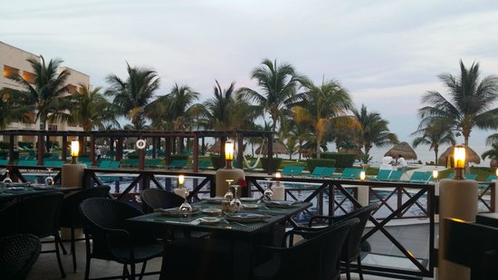 Secrets Silversands Riviera Cancun : Pool side restaurant view