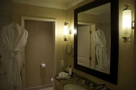 InterContinental Johannesburg OR Tambo Airport: spacious bathroom