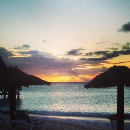 Halcyon Cove by Rex Resorts : Sunset from Carib bar