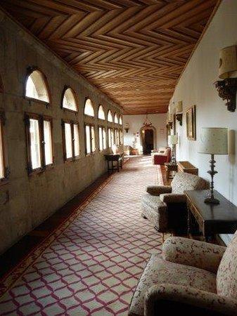 Parador Hostal Dos Reis Catolicos: a hallway