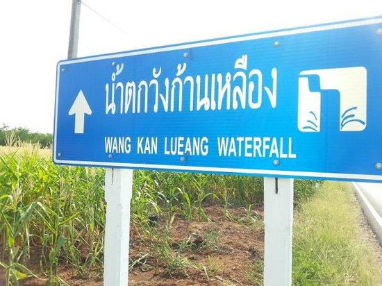 ท่าหลวง, ไทย: road sign on side road