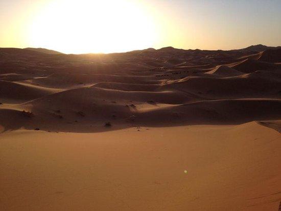 Riad Ouzine: alba  nel deserto