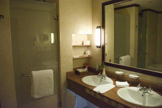 Kigali Serena Hotel : large double sink vanity