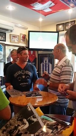Tommys Sports Bar: Hubby (mad blues supporter) talking to the Carlton legend JEZZA!!