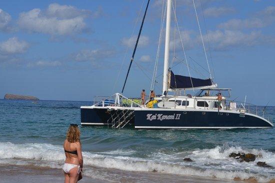 Kai Kanani Sailing Charters: Kai Kanani pulling up to board guests at Makena Beach Golf Resort