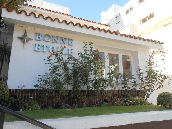 Bonne Etoile Hotel : AS ROSAS E A FRENTE DO HOTEL