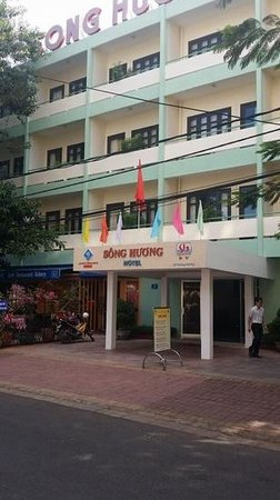 Song Huong Hotel: Front of hotel (best french bread next door!)