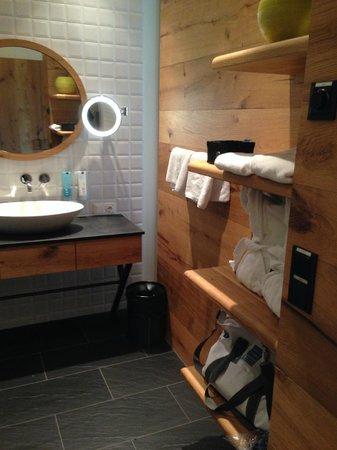 AQUA DOME Hotel : bathroom - lots of shelf space