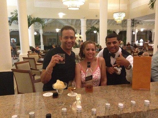Luxury Bahia Principe Bouganville: At the bar with Ramon.