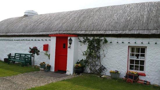 Malin Hotel: Traditional Irish Cottage on way to Malin Head