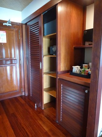 Hilton Moorea Lagoon Resort & Spa: Entrance, closet, fridge area