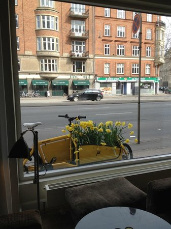 Avenue Hotel Copenhagen : View from the hotel lobby looking out on to A Boulevard