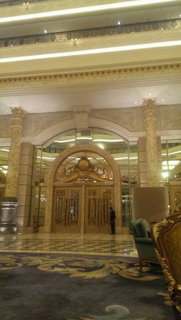 Legendale Hotel Beijing : The front doors as seen from the lobby
