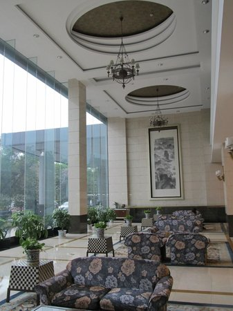 Lijiang Waterfall Hotel: Part of the huge lobby