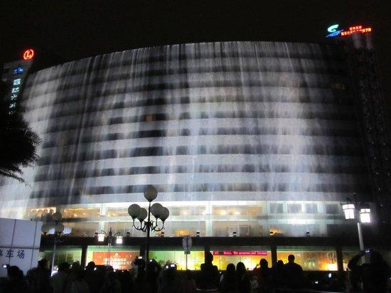 Lijiang Waterfall Hotel: Waterfall show