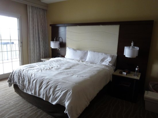 Renaissance Orlando at SeaWorld: King size bed