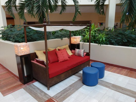 Renaissance Orlando at SeaWorld : Sitting area in the atrium