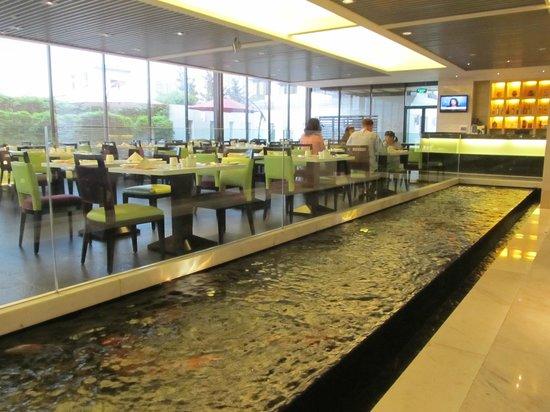 Holiday Inn Shifu Guangzhou: Restaurant and koi fish water feature