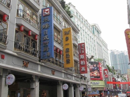 Holiday Inn Shifu Guangzhou: Pedestrian street - hotel above it